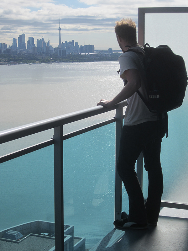 Looking over the Toronto skyline with my trusty Especial Tres backpack guarding my precious blogging cargo.